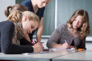 Schülerin schreibt konzentriert